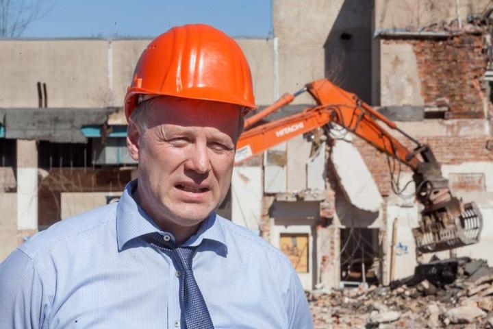 Hochbauamts-Chef Mirko Richtsteiger (51) im ehemaligen Aktivist. 34.000  Quadratmeter Fabrikgelände gilt es zu beräumen.