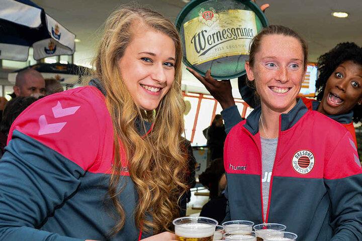 Die Schmetterlinge servierten ihren Fans das Bier. Hier machen das Jennifer Cross, Kadie Rolfzen und Brittnee Cooper.