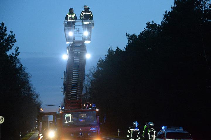 Mit einer Drehleiter machte sich die Feuerwehr einen Eindruck von der Situation.