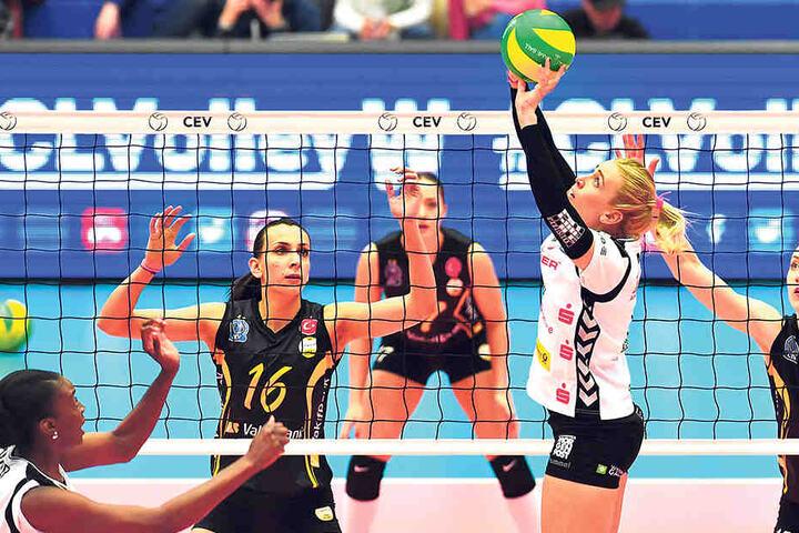 Der DSC greift an! Lucie Smutna passt den Ball, aber hinter dem Netz lauern schon die Asse Milena Rasic (Nr. 16) und Kimberly Hill.