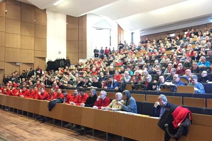 Die FSV-Mitglieder benötigten Sitzfleisch. Reichlich sechs Stunden dauerte ihre Versammlung. Die FSV-Profis (vorne links) düsten nach 90 Minuten zum Training ab.