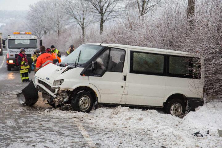 Zwei Insassen in dem Kleinbus wurden verletzt.