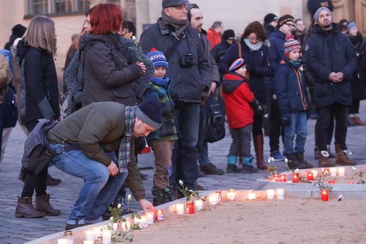 Jung und alt versammelten sich vor der Frauenkirche.