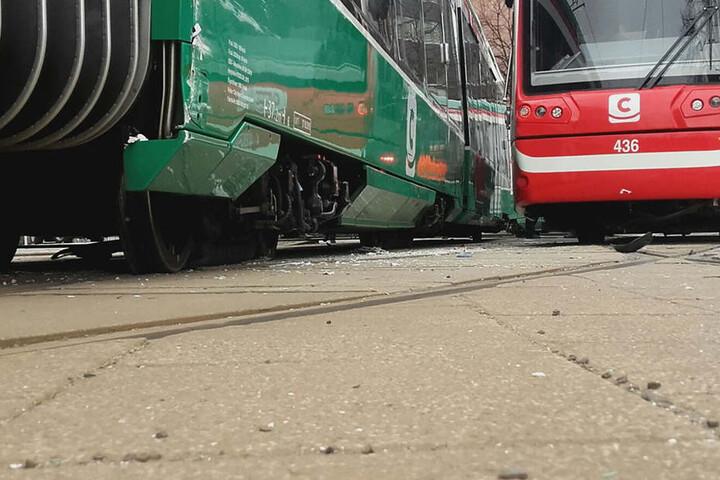 Eine der Bahnen ist durch den Aufprall aus den Gleisen gesprungen.
