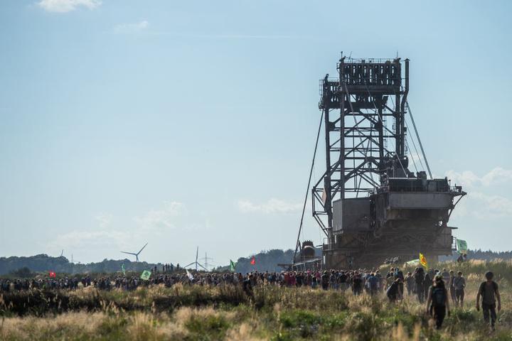 Der Braunkohle-Abbau von RWE westlich von Köln wird heftig diskutiert. Aktivisten demonstrieren gegen den weiteren Abbau.