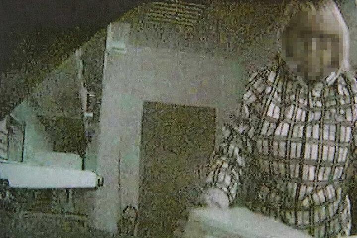 Eine später installierte Überwachungskamera zeigt, wie die Diebin am Tatort hantiert.