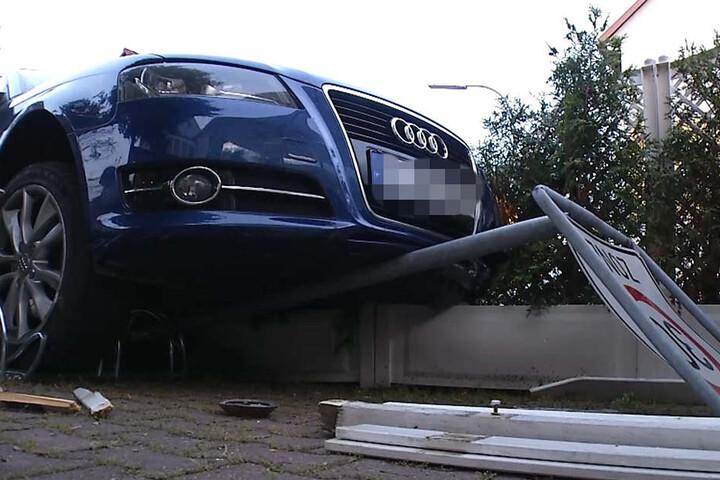 Der Audi-Fahrer nahm ein Tempo-30-Schild, einen Fahrradständer und eine Hecke mit, bevor er in den Zaun des Restaurants krachte.