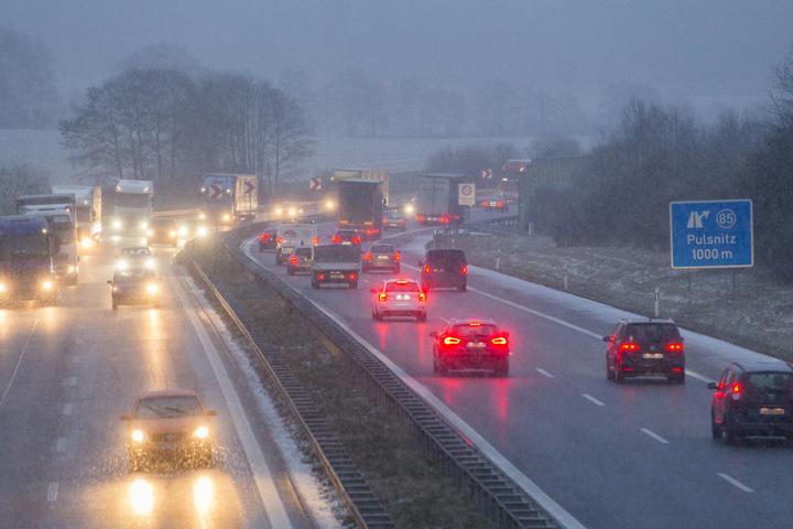 Eisregen und Schneefall auf der A4 bei Pulsnitz.