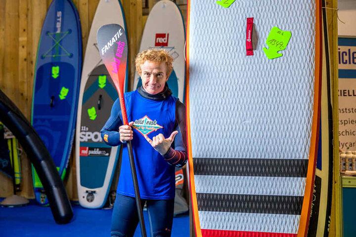 Kann wie Jesus übers Wasser gehen: Beim Stand-up-Paddeln steht Jan Diestel  (50) aufrecht auf einer Art Surfbrett.