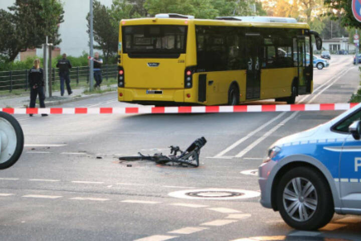 Die Straße wurde von der Polizei komplett für den Verkehr gesperrt.