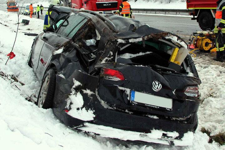 Der Passat wurde bei dem Crash schwer beschädigt.