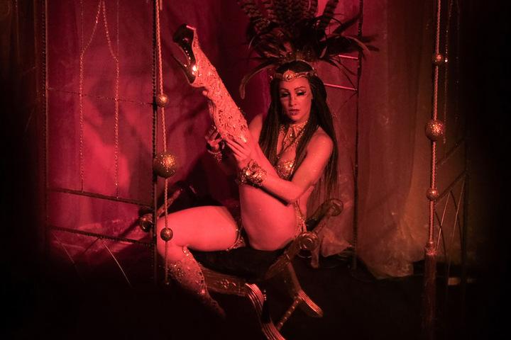 Eine Dame heizt dem Publikum mit ihrer Burlesque-Show ein. (Symbolbild)