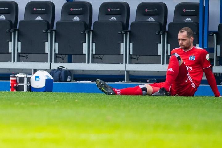 Lasogga sitzt nach einem Spiel allein vor der Trainerbank.