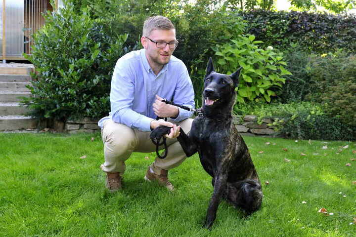 Auch Schäferhund Murphy freut sich über Kristian Mauersbergers Besuch.