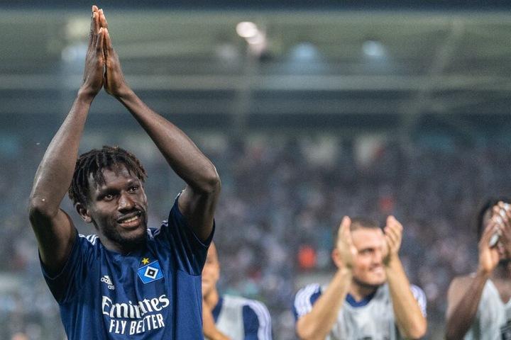 Bakery Jatta bedankt sich nach dem Sieg in Chemnitz bei seinen Fans.