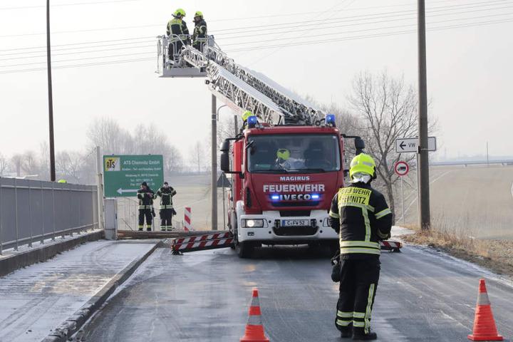 Die Feuerwehr muss den Mast am Weideweg in Chemnitz beseitigen.