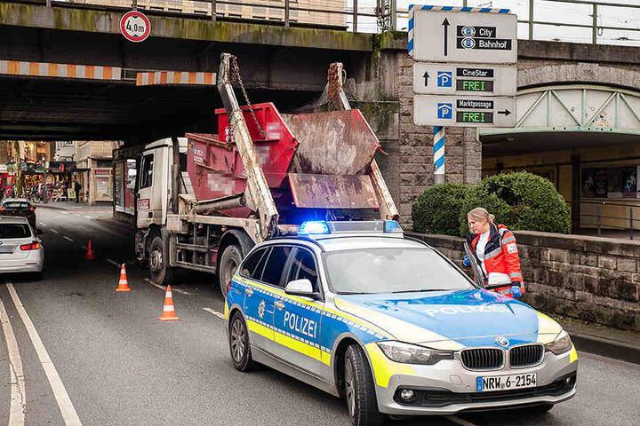 Die Polizei musste die rechte Fahrbahn der Straße für rund 45 Minuten absperren.