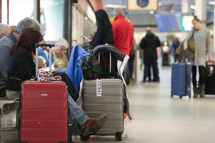 Reisende sitzen während des Streiks im Flughafen Tegel fest.