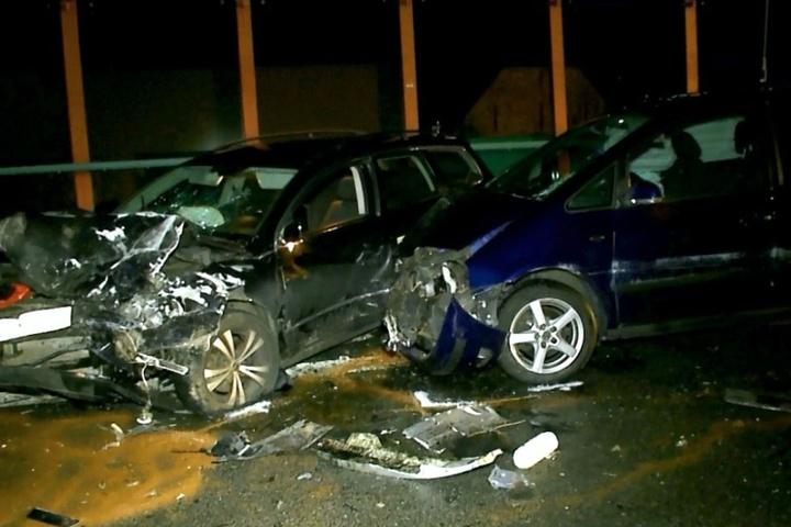 Sechs der Insassen mussten in umliegende Krankenhäuser gebracht werden. Die Polizei schätzt den Sachschaden auf 60.000 Euro.