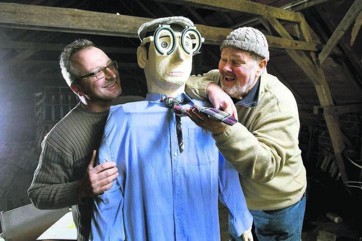 Thomas Mehlhorn (50, l.) und Peter Streitberger (69) nehmen morgen den  Bürgermeister mit dieser Figur aufs Korn.