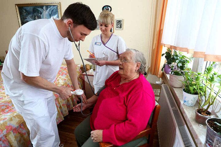 Azubi Christoph Golla (26) untersucht Patientin Gisela Hanke (79). Er wird von Caroline Winter angelernt.
