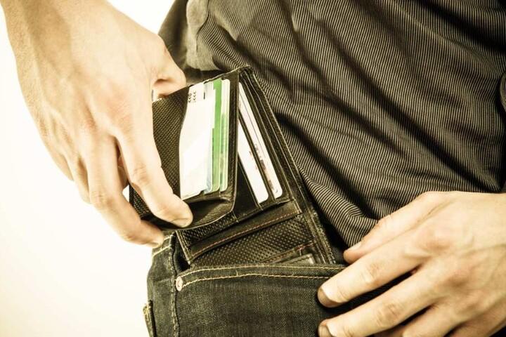 Das Pärchen ergaunerte mehrere Geldbörsen, Handys und Laptops. (Symbolbild)