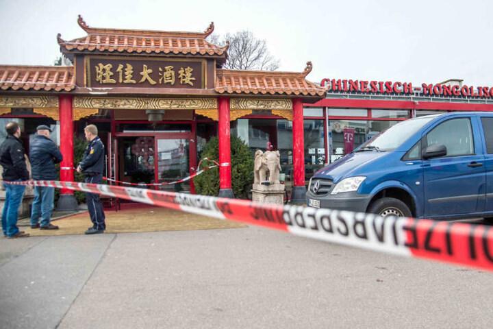 """Der Tatort im März 2016: Ermittler der Polizei sichern das Restaurant """"Asia-Perle"""" in Backnang."""