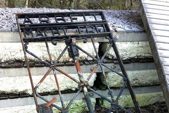 Dieses Tor wurde in Norwegen gefunden. Augenscheinlich stammt es aus dem KZ Dachau.