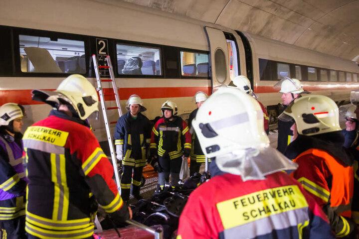 Die Rettungskräfte haben im Tunnel einen Notfalleinsatz trainiert.