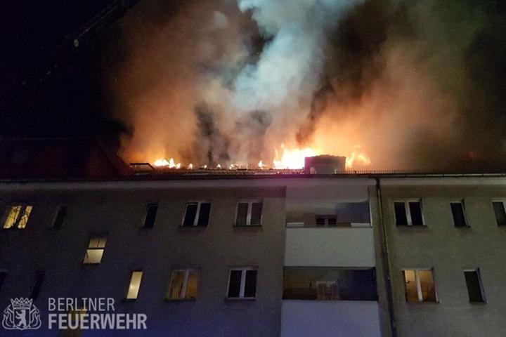 Das Dachgeschoss des Wohnhauses in Berlin-Neukölln brannte am Montagabend lichterloh.