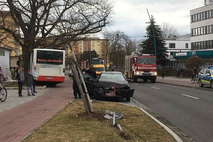 Auch ein geparkter Opel wurde bei dem Unfall beschädigt.