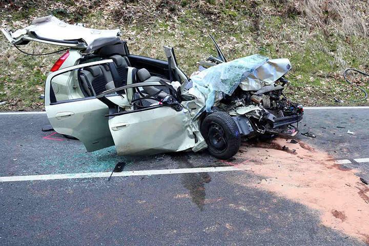 Bei dem Unfall wurden insgesamt drei Personen verletzt.