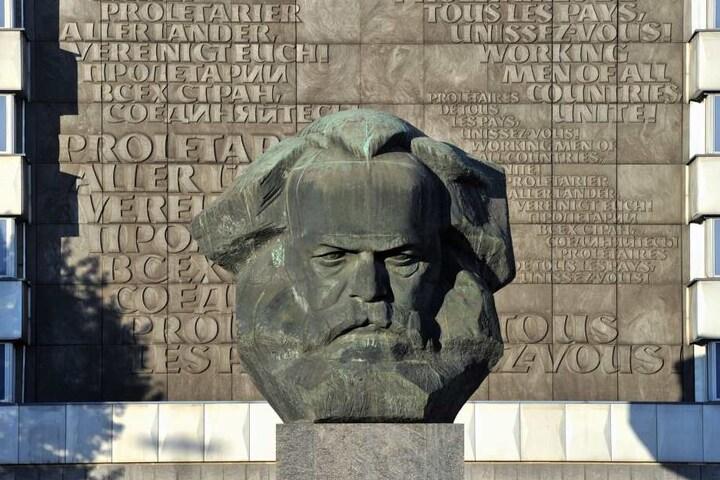 """Der """"Nischel"""" in Chemnitz kommt mit Sockel auf stolze 13 Meter Höhe."""