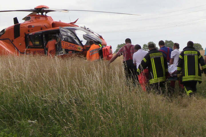 Der Rettungshubschrauber aus Hamburg landete in einem Feld neben der B207.