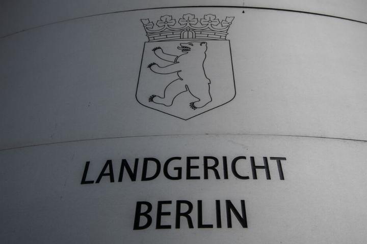 """""""Landgericht Berlin"""" steht auf dem Schild am Eingang zum Landgericht. (Archivbild)"""