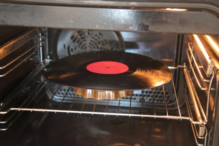 Damit die Schallplatten sich formen lassen, müssen sie vorher in den Backofen.