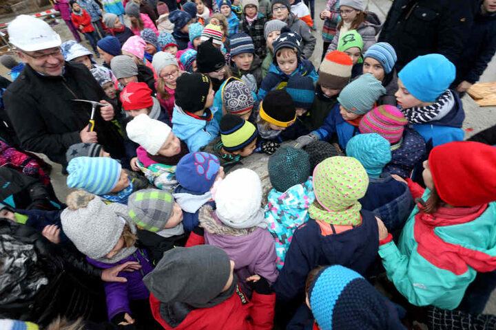 Riesenandrang kleiner Lernzwerge bei der Grundsteinlegung: Freiberg bekommt eine neue, knapp sechs Millionen Euro teure Grundschule.