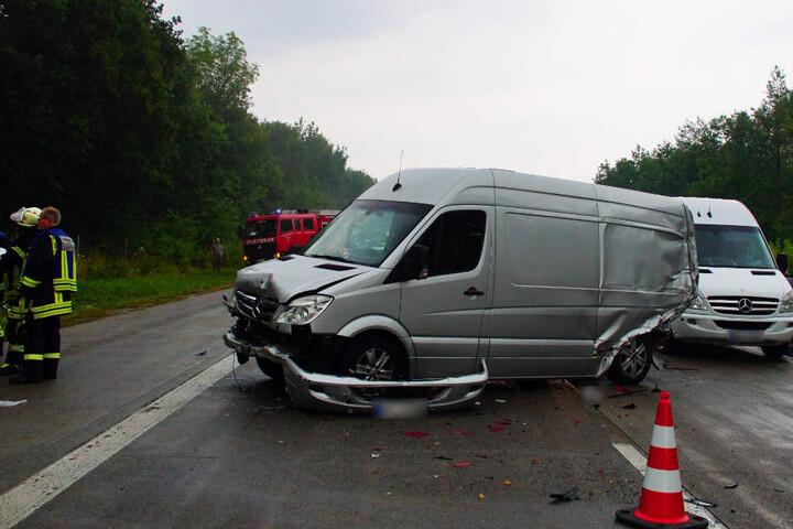Neben Autos waren auch Transporter in den Crash verwickelt.