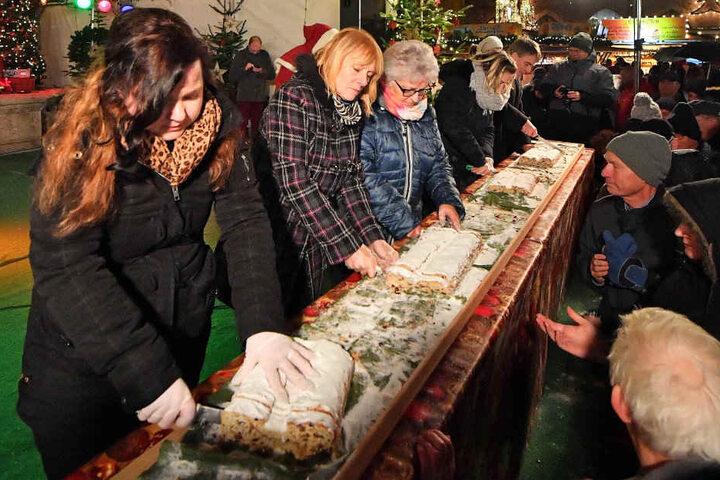 Offiziell eröffnet wurde der Weihnachtsmarkt mit dem Anschnitt des Riesenstollens.