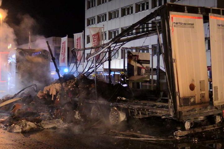 Der Sattelzug nach dem schweren Brand.