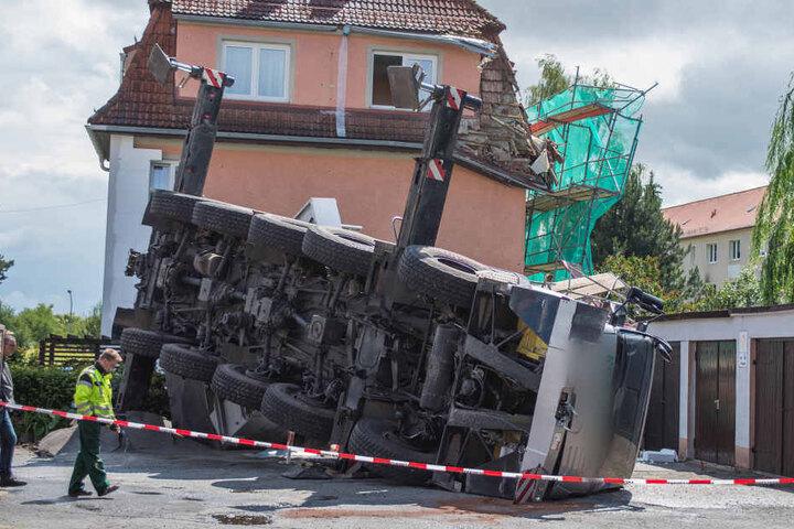 Umgekippter Baukran in Bautzen: Der Kranführer wurde verletzt. Nur einer von  vielen Arbeitsunfällen in Sachsen.