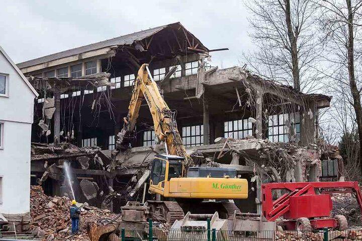 """Erst Färberei, dann Galvanikbetrieb: Derzeit fressen sich die Abrissbagger durch die ehemalige """"Galvanik"""" in Hartmannsdorf. """"Ein Investor ist uns davongerannt"""", erklärt Bürgermeister Uwe Weinert (55). Er will das Gelände am Dorfbach begrünen."""