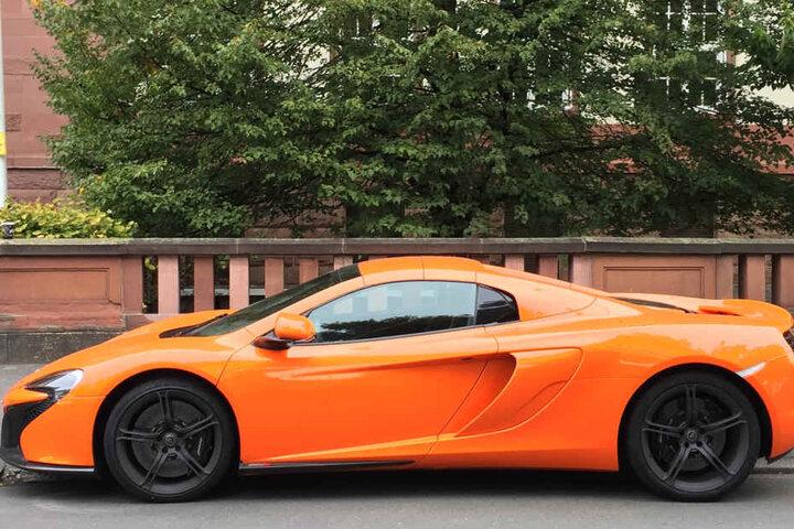 Der orangefarbene Sportwagen steht vor dem Amtsgericht in unmittelbarer Nähe zum Landgericht.