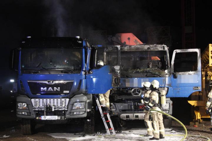Die Feuerwehr bei den Löscharbeiten von zwei Lkw, die in der Nähe ebenfalls gebrannt haben.