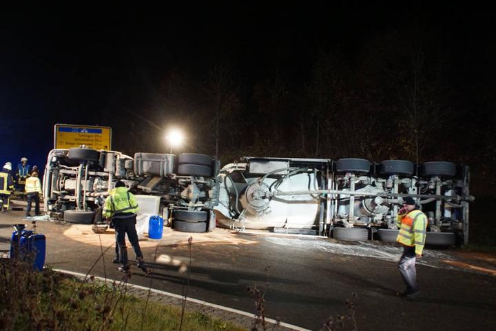 Warum der Lkw umkippte, ist noch unklar.
