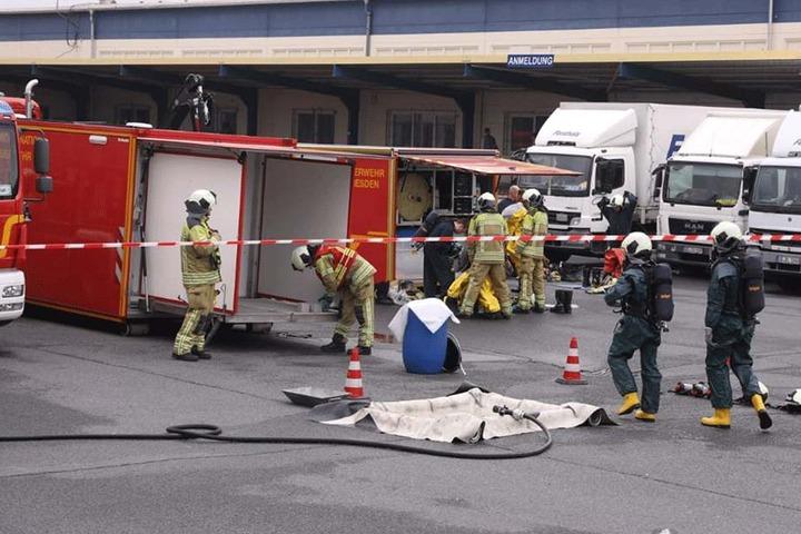 Die Feuerwehr ist mit einem Großaufgebot vor Ort.