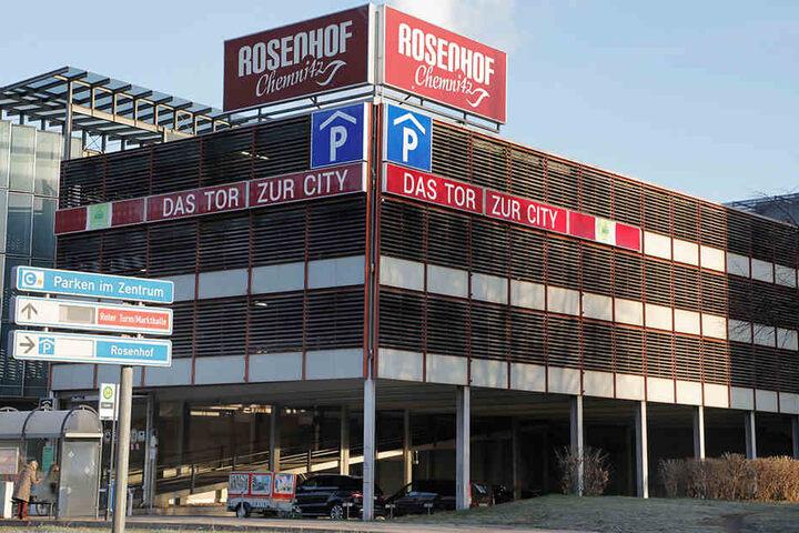 Der Autoknacker schlug auch im Parkhaus am Rosenhof zu.
