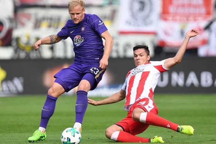 Aues Sören Bertram (l) kämpft mit Unions Fabian Schönheim um den Ball.