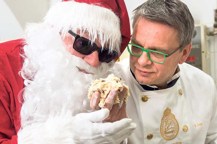 Bäcker Rüdiger Zopp (54) nascht mit dem Weihnachtsmann vom Whisky-Stollenteig.