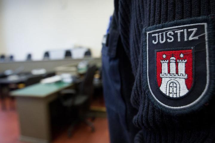 Ein Justizbeamter der Stadt Hamburg steht in einem Gerichtssaal. (Symbolbild)